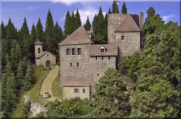 """Die Burganlage.  Ein sehr schönes Bausatz-Modell vom Hersteller Pola, das einen sehr """"vorbildnahen"""" Eindruck vermittelt (Da gibt's auch ganz andere """"Bürglein"""" und """"Schlösslein""""). Die kleine Kapelle gehört zur Burg und ist Eigentum des Burgherrn."""