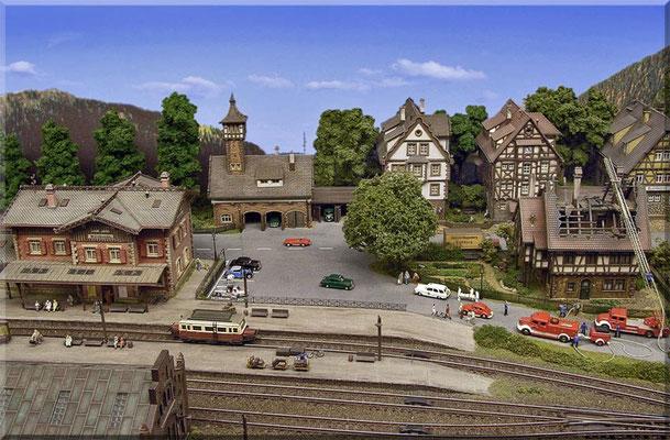 """Im Hintergrund: Die örtliche Polizeiwache mit Fahrzeughalle. Dem aufmerksamen Betrachter ist sicherlich schon aufgefallen, dass alle Waldbronner (sowohl Privatleute, als auch Gewerbetreibende) ihre Häuser von der """"Baufirma Vollmer"""" erbauen ließen!"""