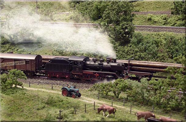 """""""Güterzug-Begegnung"""". BR 24: Fleischmann --- Langholzwagen: Arnold --- Traktor: (Hanomag R 435/45 Bj.: 1957)  von Marks Metallmodellclassic's."""