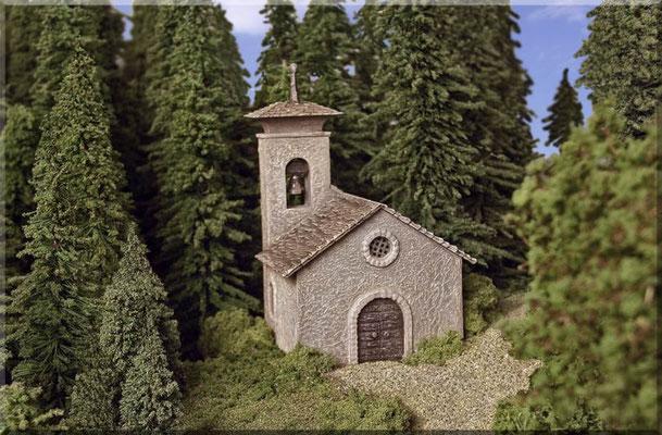 Die kleine Bergkapelle ganz aus der Nähe. Hier erkennt man auch noch einmal die hervorragende Wirkung maßstäblicher Bäume (H0-Bäume), ganz im Gegenteil zu den oftmals arg verniedlichten Bäumchen, die für unseren Maßstab meistens angeboten werden.