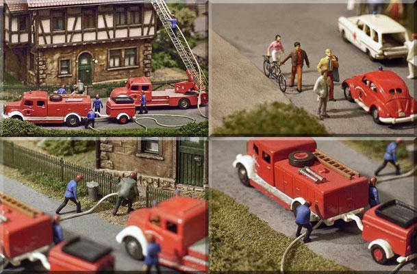 """Detail-Fotos vom Feuerwehreinsatz. Bei den Feuerwehrfahrzeugen handelt es sich um ein streng-limitiertes Set zum 125-jährigen Jubiläum der """"Freiwilligen Feuerwehr Rehau"""". Das Set ist eine Marks-Rarität und nur diese Fahrzeuge hatten weiße Kotflügel."""