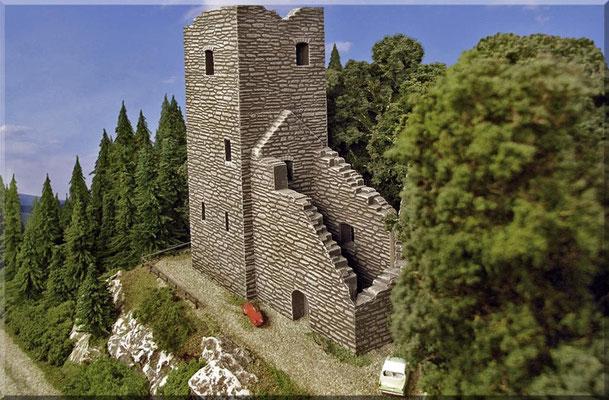 """Die Burgruine in ihrer ganzen Pracht. Man beachte vor allem die realistisch-dicken Gemäuer. Maßstäbliche Wandstärken und tiefe Fensternischen, sowie vorbildnahe Gesamtabmessungen, tragen erheblich zur """"echten"""" Optik - eines Gebäudebausatzes bei."""