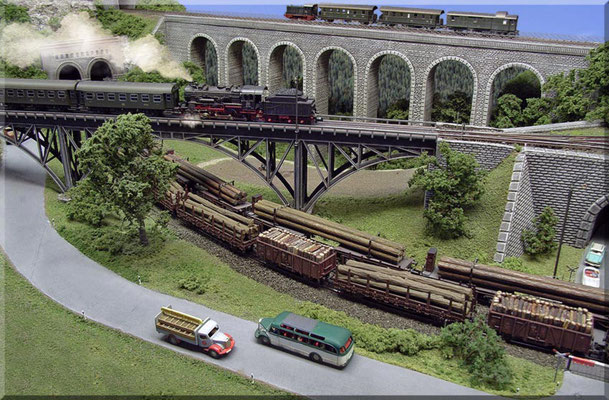 """Die beiden Brücken aus der normalen """"Betrachter-Perspektive"""". Wie man erkennen kann überbrückt der Steinbogen-Viadukt ein Tal, das sich zum Hintergrund hin öffnet. Hier habe ich die """"Goldene Regel"""" der nach hinten ansteigenden Landschaft gebrochen."""