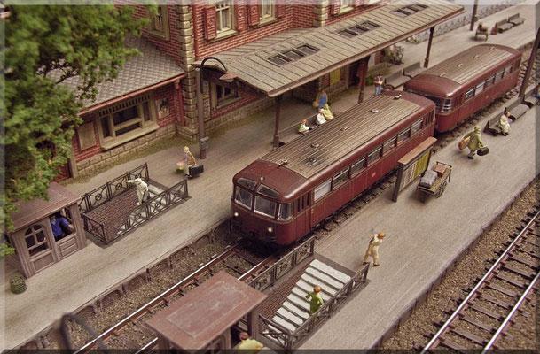 """Die Bahnsteig-Unterführung entstand im kompletten Eigenbau. Die Ausschnitte wurden nachträglich aus den """"Gips-Bahnsteigen""""  heraus gearbeitet und mit Mauerpapier ausgekleidet. Die Treppen entstanden (simpel) aus übereinander geklebten Kartonstreifen."""
