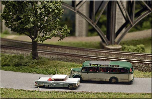 """Das Buick Coupé (""""The Air Born B 58 Buick"""") ist fast so lang wie der Bus. Die Strassen-Begrenzungspfosten (abgekniffene Stecknadeln) sind deutlich maßstäblicher und für die Fünfziger passender als die (für """"N"""" angebotenen) """"Dreikant-Riesenpfosten""""."""