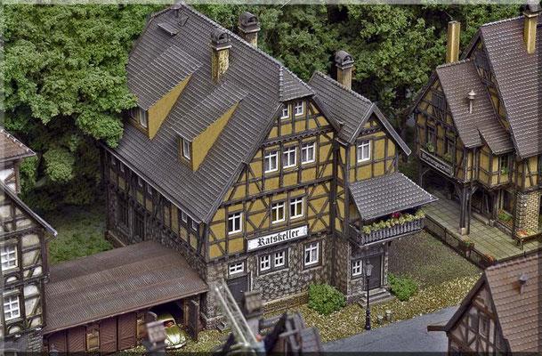 """Der Gasthof """"Ratskeller"""" ist bekannt für seine gutbürgerliche Küche. Auch trifft sich hier (in regelmäßigen Abständen) der örtliche """"Lügensager-Verein"""" zu seinen Sitzungen. Und jeden zweiten Freitag findet ein """"Bierkopf u. Schafskopf-Turnier"""" statt."""