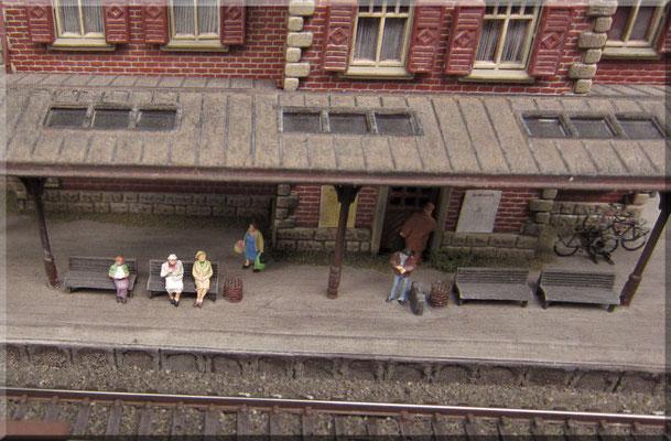 """Der Schienenbus hat wohl wieder mal Verspätung? Die """"Sockelplatte"""" des Bahnhof-Bausatzes wurde lediglich als """"Baulehre"""" verwendet und dann weggeschmissen. Das Bahnhofsgebäude habe ich also direkt auf dem selber-gespachtelten Hausbahnsteig befestigt."""