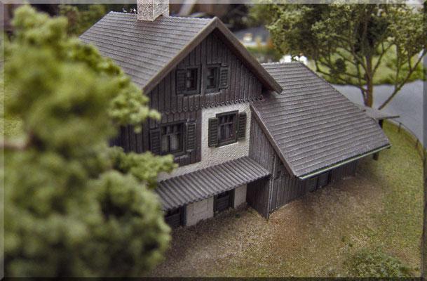 """Die Rückansicht des kleinen landwirtschaftlichen Hofes von Bauer """"Gruber"""". Diese Ansicht präsentiert sich einem, wenn man auf der Landstrasse/Bergstrasse zum """"Kleinen Burgberg"""" hinauf unterwegs ist. Das Modell ist ein attraktiver Vollmer-Bausatz."""