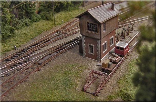 Im Bereich der Einfahrtweichen des Bahnhofs-Gleisfeldes steht das kleine Stellwerk (Kibri). Auf dem Stumpfgleis davor steht der winzige Klv 12 - ein Bahndienst-Fahrzeug für Kontrollfahrten, Unterhaltung der Strecke und Transport von Bahnbediensteten.