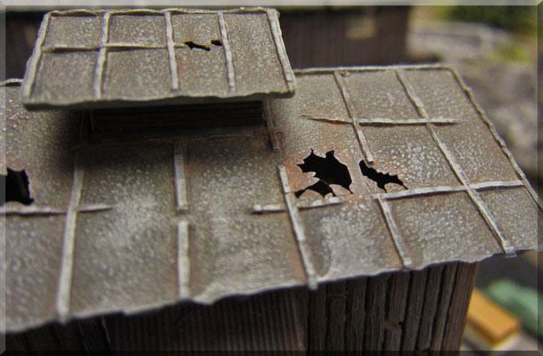 Das Dach des Hauptgebäudes - der Waldbronner Kohle-AG - hat auch schon bessere Zeiten gesehen. Die Löcher im Dach sind bereits herstellerseitig vorgegeben und machen das ganze ein Stück authentischer. Ein intaktes Dach wäre weitaus uninteressanter.