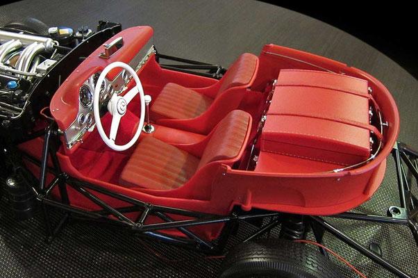 Der nahezu komplett eingerichtete Innenraum mit Armaturentafel und montiertem Lenkrad, mit dem sich selbstverständlich die Vorderräder lenken lassen.