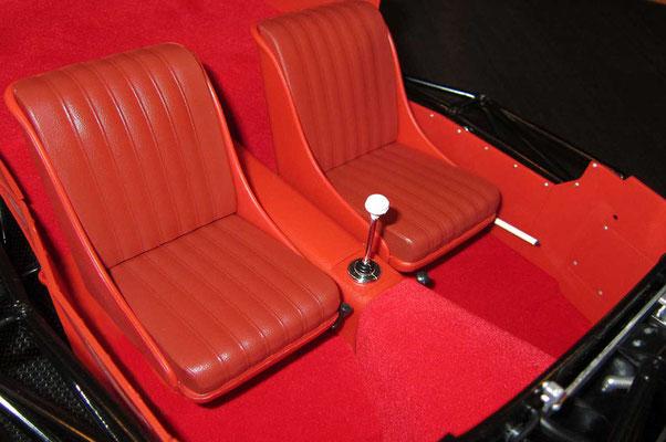 Wieder ein größerer Schritt und es geht mit dem Innenraum weiter. Es war übrigens gar nicht so einfach den roten Teppichboden faltenfrei einzukleben. ;-) Der Handbremshebel ist hier links vom Fahrersitz!