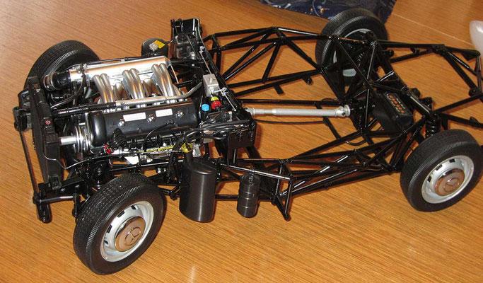 Hier ist der Motor schon sehr weit detailliert und auch diverse weitere Teile wie Scheibenwischer-Motor und Scheibenwischer-Gestänge, oder die Fahrzeugbatterie  (über der Hinterachse) eingebaut.