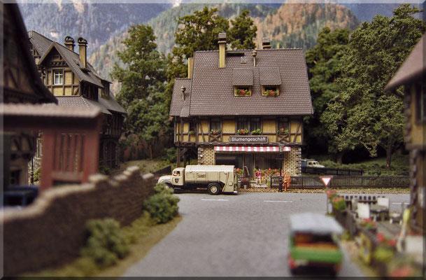 """Blick aus der Seitenstrasse (""""Cafe-Rueger"""") auf den kleinen Blumenladen - in der Bahnhofsstrasse. Aufnahmen aus """"Preiserlein-Perspektive"""" klappen ausschließlich mit direkt auf die """"Strasse"""" gestellter Kamera. Das Kamera-Display ist hierbei hilfreich."""