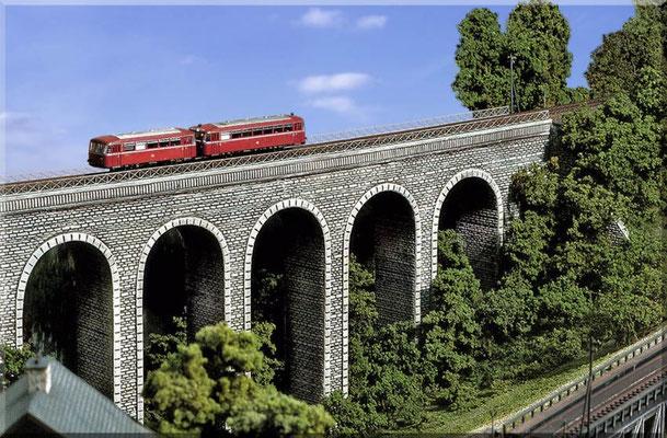 Schienenbus VT 95 auf dem Weg nach Waldbronn. Es ist stets ein Erlebnis für die Fahrgäste, wenn der rote Brummer in schwindelerregender Höhe über die gemauerte Brücke knattert.