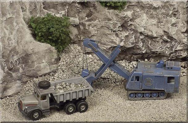 """MAN F8 Muldenkipper und Menck-Bagger, von Marks Metallmodellclassics, noch einmal in """"Ganz Groß"""". Beim Bagger ist der Aufbau drehbar ausgeführt. Außerdem lassen sich sowohl Hauptausleger, als auch """"Schaufelarm"""" stufenlos verstellen."""