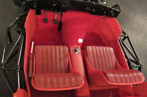 Die Sitze sind übrigens längs-verstellbar. Die Lehnen konnte man auch beim Vorbild nicht verstellen (feste Schalensitze).