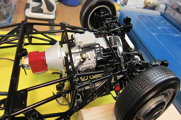 Motor/Getriebe (von unten) aus der Nähe, mit bereits vielen separat angesetzten Leitungen und Details. Eigentlich sehr schade, dass man davon am fertigen Modell vieles nicht mehr sehen kann. Man müsste eigentlich 2 Modelle bauen - mit und ohne Karosserie.