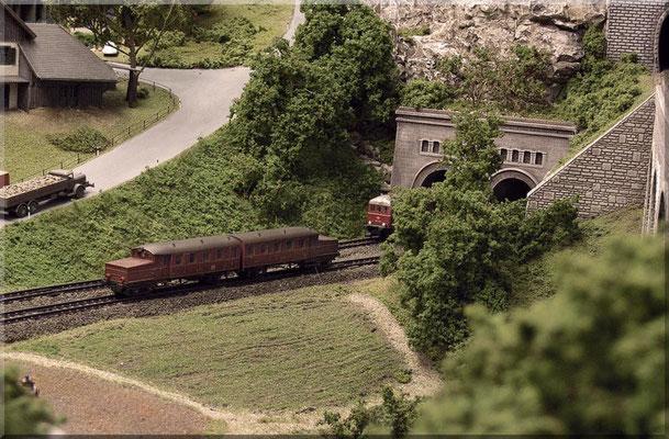 Der Roco  ETA-188 ein Akku-Triebwagen aus den 50ern - unterwegs auf der Hauptbahn, vorbei an Wiesen und Feldern, in Richtung unterem Schattenbahnhof.