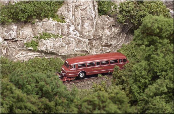 """Der Schi-Stra-Bus von der Firma Hobbytrain/Lemke ist als antriebsloses, rollfähiges """"Standmodell"""", oder auch als motorisiertes Fahrzeug zu bekommen. Das sehr feine Modell wurde von den Lesern des N-Bahn-Magazins zum Modell des Jahres 2008 gewählt."""