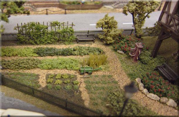 """Der Gemüsegarten der Reimanns. Hier wächst und gedeiht bestes """"Bio-Gemüse"""". Mit div. Flocken u. Fasern, dünnen Drähten (für Bohnenstangen), feinem Sand und winzigen Ätz-Details, habe ich versucht das typische Flair eines solchen Gartens darzustellen."""
