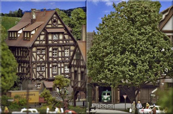 """Ein altes Fachwerkhaus und ein """"Eigenbau-Solitärbaum"""" am Bahnhofsplatz. Der Baum entstand nach der bereits beschriebenen Baumethode aus Seemoos und """"Woodland-Flocken"""" ( siehe Tipps & Tricks). Alle Gebäude-Bausätze wurden farblich angepasst/patiniert."""