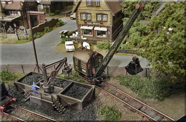 """Der DEMAG-Dampfdrehkran (von MKK) hat ein eigenes Stumpfgleis und wird dazu benutzt die Bansen der Bekohlung - mit angelieferter Kohle - zu füllen. Wenn es mal schnell gehen muss wird er auch gerne mal zur Bekohlung der """"Dampfrösser"""" herangezogen."""
