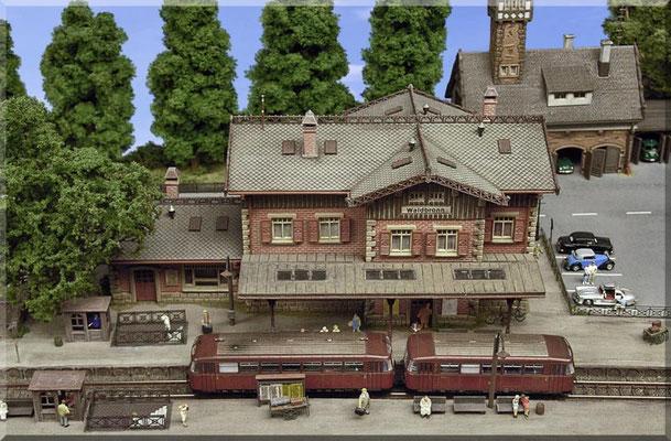 """Das Empfangsgebäude """"Bahnhof-Waldbronn"""", ein bildhübscher Gebäudebausatz von Vollmer. Die Figuren sind allesamt von Preiser. Die Bahnsteig-Sperren-Häuschen und die filigranen Messing-Geländer der Unterführung gibt es bei Marks Metallmodellclassic´s."""