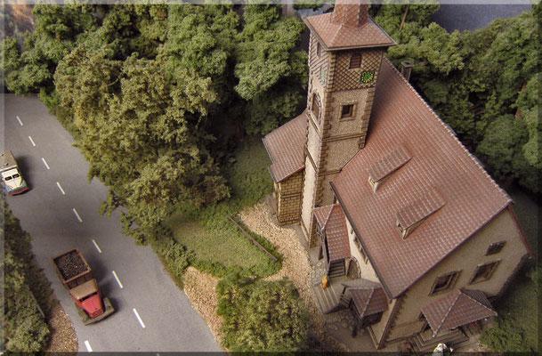 """Der Vollmer-Bausatz der Kirche """"Ditzingen"""" (Katalog-Nr. 7736) ergibt ein sehr attraktives Modell und war für mich die erste Wahl für mein Waldbronn. Wie alle von mir verwendeten Bausätze wurde auch dieser wieder farblich überarbeitet und verwittert."""