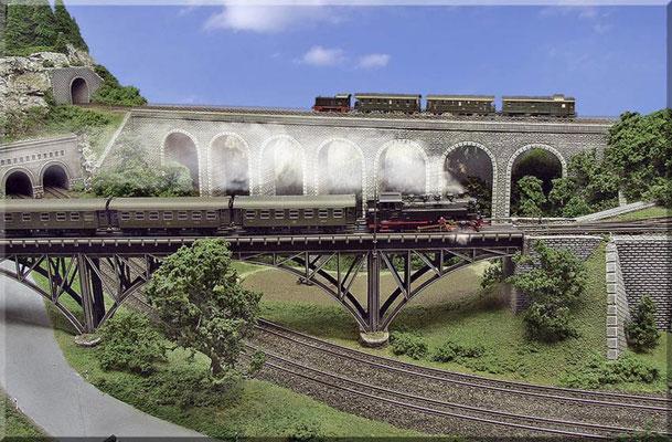 Die Stahlbogenbrücke überquert die Hauptstrecke im spitzen Winkel. Einzelportal, Brückenkopf/Pfeiler und Stützmauer: Selbstbau mit Sperrholz und Heki-dur.