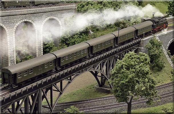 """Am Ende der Brücke zeigt die """"Schneepflug-Tafel"""" mit der Spitze nach unten, das bedeutet: """"Schneepflug wieder absenken""""! Das Anheben des Schneepfluges soll Beschädigungen der Brücke verhindern."""