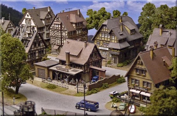 Ich oute mich hiermit als Fan der Vollmer-Modelle, weil mir die Häuser vom Baustil her sehr gefallen. Sie sind meist maßstäblicher als viele Faller- o. Kibri-Häuser, bei denen man sich oftmals in den oberen Stockwerken nur auf Knien fortbewegen kann.