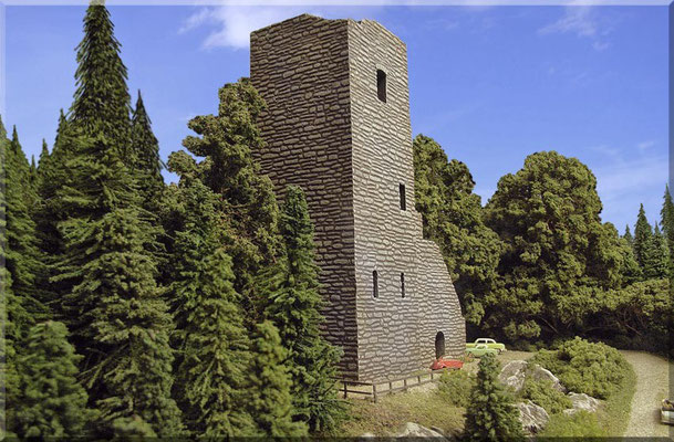 Die Nord/Ost-Seite des Aussichtsturmes der Burgruine. Sowohl die realitätsnahen Abmessungen, als auch die vorbildliche Mauerstruktur  u. die exzellente Passform, machen diesen (u. auch den kompletten Burganlagen Bausatz) zu einem echten Spitzenmodell.