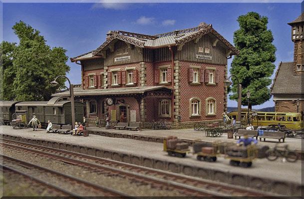 """Zum Abschluss noch ein besonders schönes Foto vom Bahnhofs-Empfangsgebäude """"Waldbronn"""". Die Bäume sind selbstgebaut - aus Noch-Seemoos mit Woodland-Material veredelt. Siehe dazu auch die Baumbau-Anleitung unter Tipps & Tricks."""