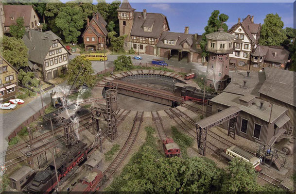 """Das Bahnbetriebswerk (BW) von """"Waldbronn"""". Hier werden Loks und Triebwagen untergestellt, gewartet, mit Betriebsstoffen (Kohle, Wasser, Diesel und Bremssand) versorgt - sowie kleinere Reparaturen erledigt."""