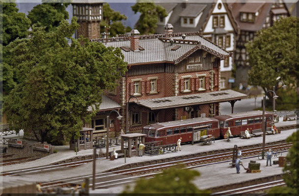 Mit diesem Modell ist Vollmer ein wirklich schönes Bahnhofsgebäude gelungen. Es harmoniert auch mit den anderen Häusern von Waldbronn sehr gut und es entsteht dadurch ein stimmiger Gesamteindruck. Ich würde den Bausatz definitiv wieder kaufen. ;-)