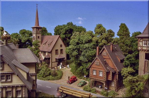 """In der schönen Kirche hat gerade eine Trauung stattgefunden. Meiner Meinung nach sind reine """"Himmel-Hintergründe"""" zur optischen Vergrößerung der Anlagentiefe und als Anlagenabschluss am besten geeignet. Landschaften sind auch schön, wenn sie passen."""