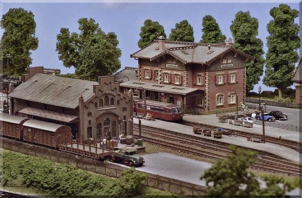 """Die separat gelegene Güterhalle ist mal ausnahmsweise ein Modell von Faller. Das entsprechende Pendant von Vollmer war leider etwas zu groß/dominant u. hätte den schönen Bahnhof """"erschlagen"""". Dem Güterbereich sind zwei eigene Stumpfgleise zugeordnet."""