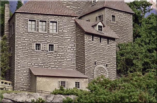 Großaufnahme der Burg.  Man kann hier gut erkennen, dass die Wandteile des Bausatzes sehr passgenau sind. Auch die sehr schöne Mauerstruktur sieht man auf diesem Foto deutlich. Eine Alterung/Verwitterung solcher Bausätze ist aber fast obligatorisch.