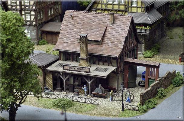 """Die alte Dorfschmiede hat immer zu tun. Die """"Waldbronner"""" versorgen den Kleinbetrieb mit Aufträgen für Balkon- und Treppengeländer, Zäune und mehr. Der Chef ist stolzer Besitzer eines uralten """"Ford A-Modell"""" das er noch täglich als Firmenwagen nutzt."""