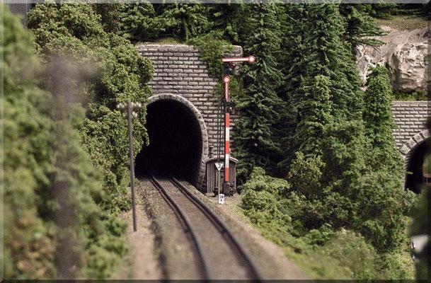 """Das Nord/Ost-Tunnelportal des """"Großen Burgbergs"""". Unmittelbar vor dem Tunnelmund steht das Einfahrtsignal des Endbahnhofs.  Das Formsignal ist von Brawa, Kilometerstein und Geschwindigkeits-Tafel von Paul Petau, die Fernsprechbude von Arnold."""