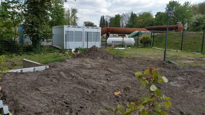 """Die riesigen Erdhügel sind verschwunden, aber iwr haben trotzdem viel Spaß im """"Matsch-Garten"""""""