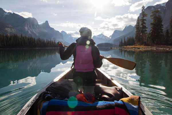 Canoeing at Maligne Lake © Katie Goldie@goldiehawn_