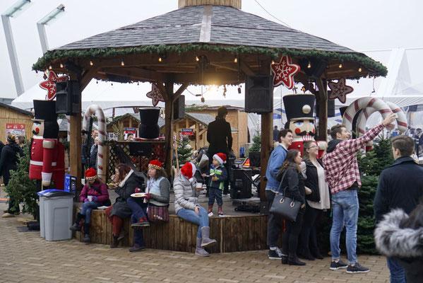 Weihnachtsstimmung mit Nikolaus-Mützen und Nussknackern