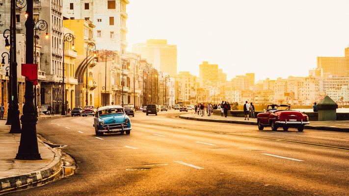 Immer ein schönes Fotomotiv: Koloniale Prachtbauten und alte Straßenkreuzer in Havanna