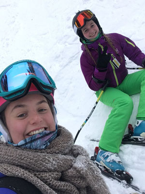 Trotz eisiger Kälte haben Teresa und ihre Freundin großen Spaß