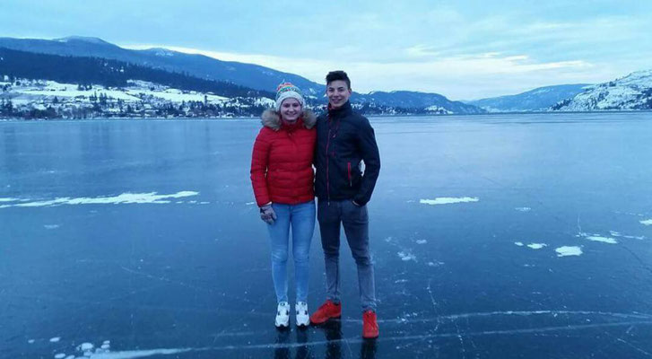 Das Eis trägt und bietet eine tolle Fotoperspektive - Teresa auf dem Kalamalka Lake