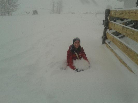 Julia mitten in Albertas Schneechaos