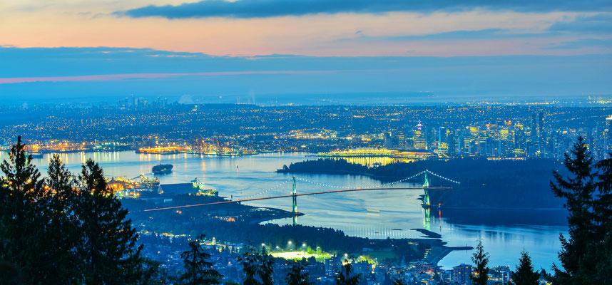 Der nächtliche Blick auf das hell erleuchtete Vancouver