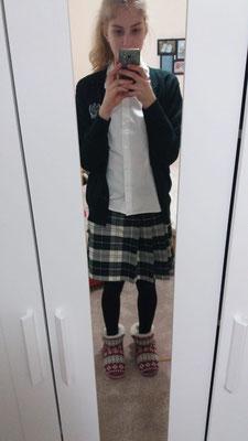Anabel mit ihrer Schuluniform der HCSS